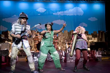 Carl Polke, Ghenoa Gela (centre), Ania Reynolds, From the Ground Up, Circus Oz